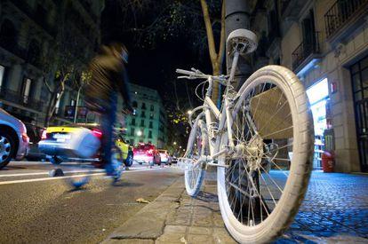 Bicicleta blanca que desde ayer homenajea a la ciclista muerta el lunes en la calle Diputació de Barcelona.