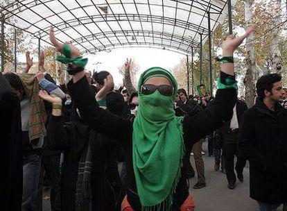 Un grupo de estudiantes iraníes se manifiesta hoy en Teherán