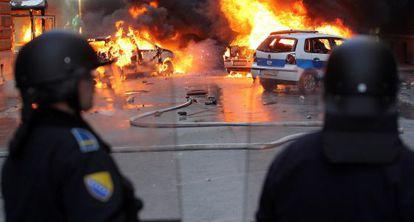 Policías bosnios intentan impedir el pasado viernes un ataque de manifestantes.
