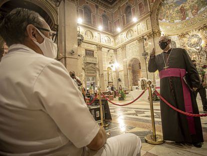 El arzobispo Alberto Taveira durante una misa.