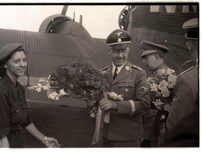 Una joven recibe al dirigente nazi, Heinrich Himmler, a su llegada al Aeropuerto del Prat (Barcelona). JOSEP BRANGULÍ
