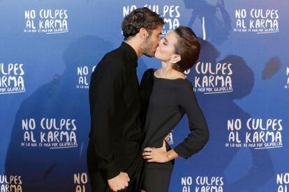 Los actores Álex García y Verónica Echegui durante la premiere de la película 'No culpes al karma de lo que te pasa por gilipollas' en Madrid en 2016.