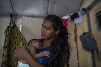 La refugiada venezolana Dorianny con su bebé Luis Joel, nacido en Brasil. Viaja con sus seis hijos, su hermana y su cuñado.