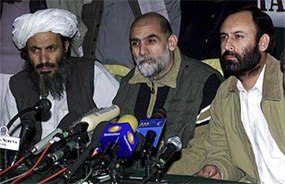 De izquierda a derecha, los comandantes de la Alianza Mohamed Atta y Mullah Malung y el seguidor del ex rey afgano Abdul Khaliq anuncian la nueva misión diplomática.