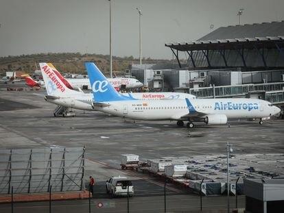 Dos aeronaves de la empresa Air Europa en la T- 4 del aeropuerto de Barajas, en Madrid.