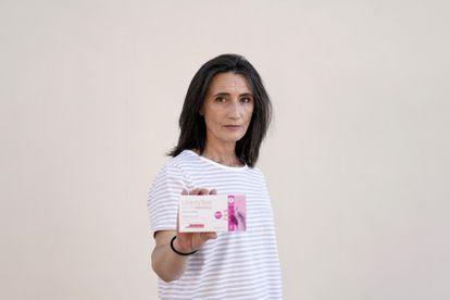 Natalia Paredes, con una caja de los test de su empresa