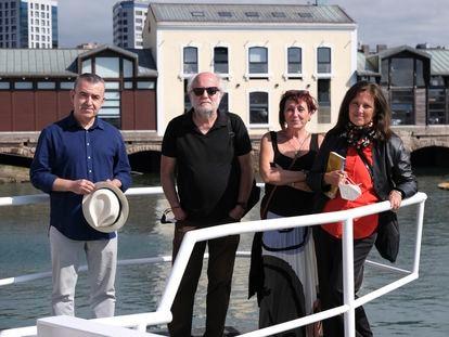 Lorenzo Silva, Alberto Gil, Elia Barceló y Claudia Piñeiro, el jueves en el puerto deportivo de Gijón.