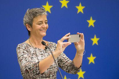 La comisaria de Competencia, Margrethe Vestager, hace una foto con un móvil
