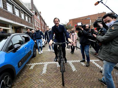 El primer ministro holandés, Mark Rutte, acude en bicicleta a la sede del Gobierno en La Haya, el pasado marzo.