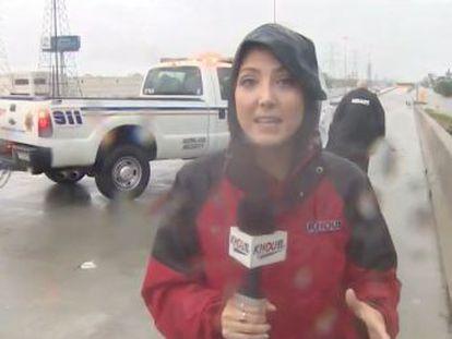 La periodista paró un coche de la policía para pedir ayuda