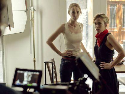 La directora Andrea Jaurrieta durante el rodaje de 'Ana de Día' junto a la actriz Ingrid García Jonsson.