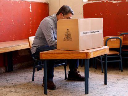El presidente de Honduras, Juan Orlando Hernández, vota durante las elecciones primarias en Lempira, Honduras, el 14 de marzo.