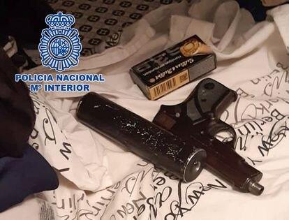 La pistola y el silenciador requisados a los sicarios.