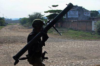 Un militar mexicano armado con una bazuca patrulla un bastión del Cartel Jalisco Nueva Generación en 2016.
