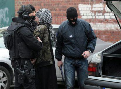 Un detenido en la redada antiterrorista en Roubaix.