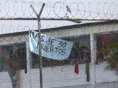 Los reclusos muestran un cartel en la cárcel de La Modelo en Bogotá, Colombia.