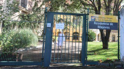 Entrada de la residencia de ancianos de la Fundación Santísima Virgen y San Celedonio, en el barrio de Chamartín.