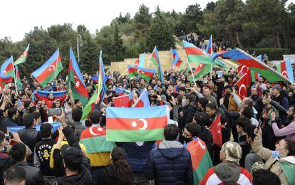 Cientos de personas celebran el acuerdo en la capital de Azerbaiyán, Baku, este martes.
