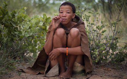 Xobana, mujer bosquimana residente en Ghanzi, fuma un cigarrillo.