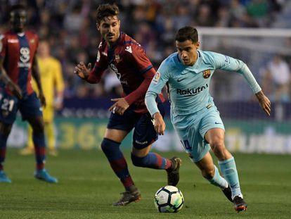 Coutinho ante Campana en el Levante-Barça.
