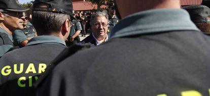 El ministro de Interior, Juan Ignacio Zoido, saluda a los guardias civiles.