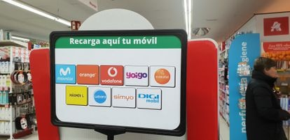 Stand de recarga de varias marcas de telefonía móvil en un supermercado.