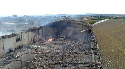 Nave destruida por el fuego en Benifaió, en una imagen facilitada por el Consorcio Provincial de Bomberos.