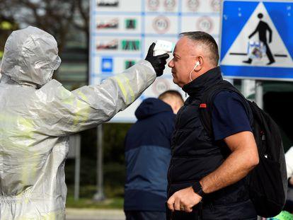 Control de temperatura, este domingo, instaurado por las autoridades polacas en la frontera con Alemania.