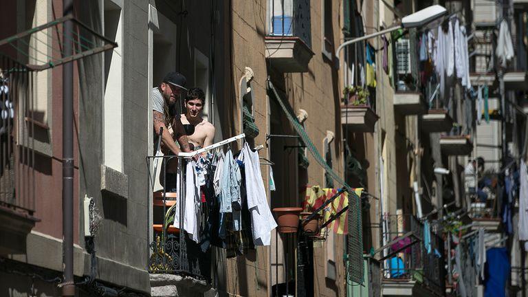 Vecinos en un bloque de pisos de la Barceloneta, el pasado viernes.