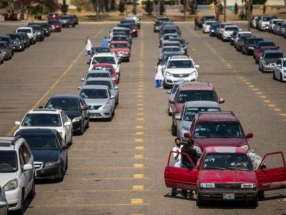 Una fila de autos en la línea fronteriza entre México y Estados Unidos.