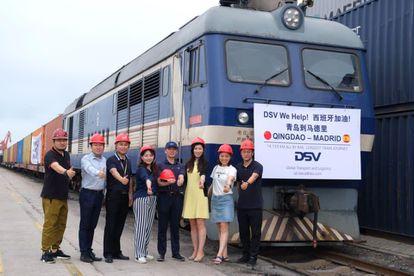Empleados de DSV posan el 1 de agosto junto al tren que llevó mascarillas desde Qingdao a Madrid, un trayecto de 14.133 kilómetros que han presentado al récord Guinness como el más largo de la historia.