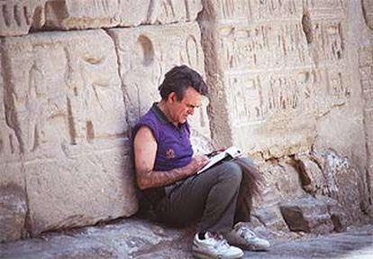 Terenci Moix, en el templo de Medinet Habu, en 1989.