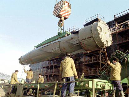 Trabajadores rusos descargan un misil de los restos del submarino nuclear 'Kursk', tras ser reflotado en el puerto de Roslyakovo en 2001.