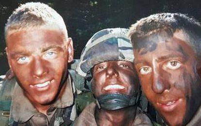 Tessy de Luxemburgo, con dos soldados en Kosovo