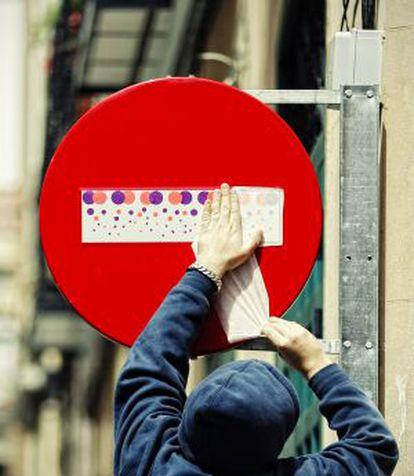 Padu interviene una señal de tráfico en Atocha.