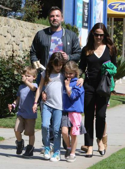 Ben Affleck y Jennifer Garner, con sus tres hijos, en marzo.
