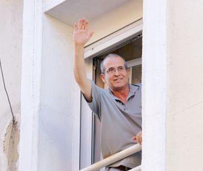 Anuar saluda desde la ventana el pasado 15 de junio.