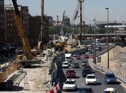 Aspecto de un tramo de la M-30, a su paso por el río Manzanares, cerca del estadio Vicente Calderón.