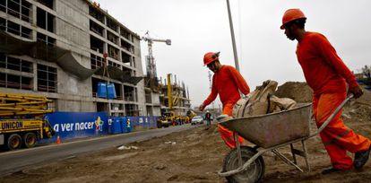 Trabajadores en la construcción de un centro comercial en San Juan de Miraflores (Lima, Perú).