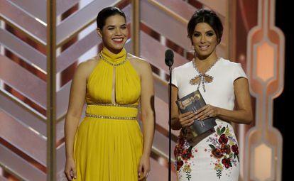 America Ferrera y Eva Longoria, durante la gala de los Globos de Oro de 2016.