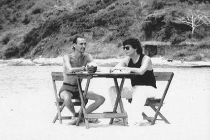 Javier Anastasio (izquierda) con  el periodista Jesús Quintero en la playa de Buzios (Brasil), en 1990.
