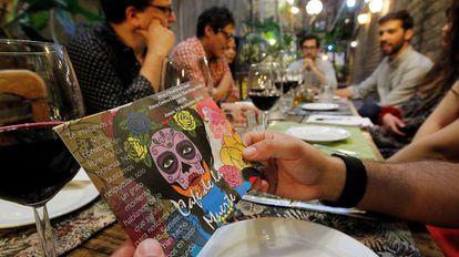 El Café de la Muerte ha desembarcado en Chile, aunque los primeros locales se remontan al  2010 en Reino Unido.