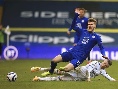 Werner sufre una entrada de Alioski, del Leeds.