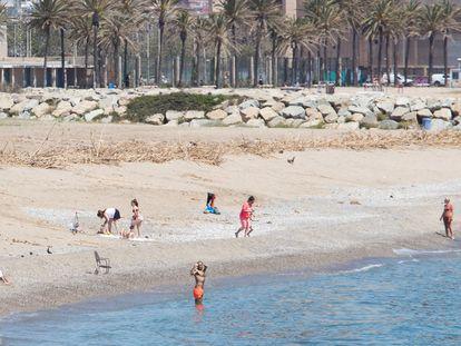 Aspecto de la playa de Sant Adrià de Besòs (Barcelona) este jueves, el 7 de mayo.