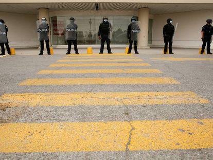 Agentes de la policía resguardan un centro comercial después de un saqueo en Ciudad Juárez, México, el 17 de abril.