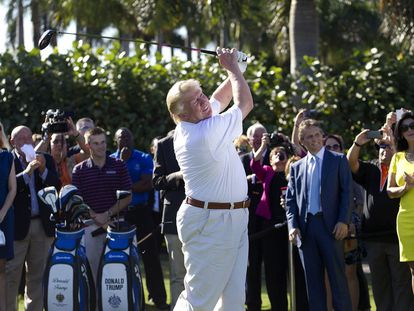 Donald Trump juega al golf en un campo en Doral, Florida, en una imagen de archivo.