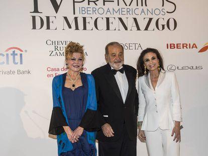 El empresario mexicano Carlos Slim, galardonado con uno de los Premios Iberoamericanos de Mecenazgo, junto con Carmen Thyssen, a su derecha, también reconocida por su labor de mecenas y Carmen Reviriego, presidenta de la Fundación Callia.
