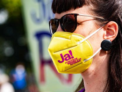 """Una manifestante lleva una mascarilla en la que se lee """"¡Sí!"""" a la iniciativa para expropiar a los grandes propietarios de vivienda de Berlín."""