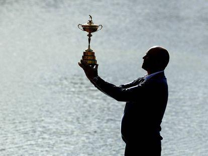 El capitán de Europa, Thomas Bjorn, posa con la Ryder Cup este lunes.