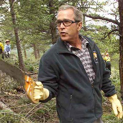 George W. Bush empuña un serrucho en el parque nacional de las Montañas Rocosas (Colorado).